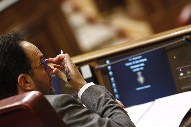 Antonio Hernando sigue desde su escaño el debate de investidura