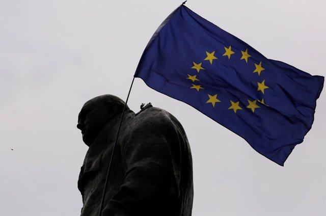 Una bandera de la UE en una estatua de Churchill