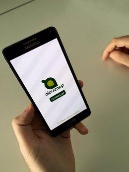 Móvil con la nueva aplicación 'AlcuzApp'