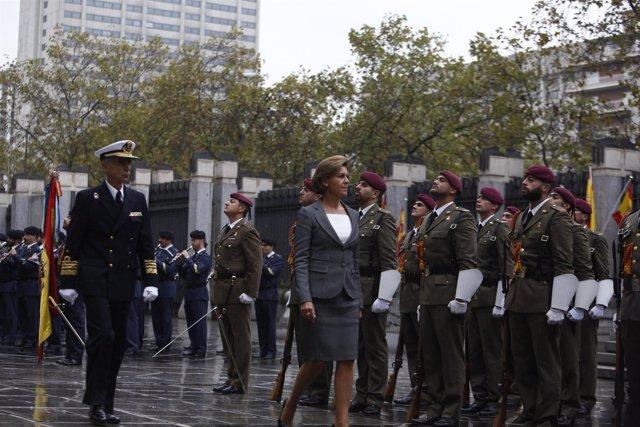 Cospedal pasa revista a las tropas por primera vez como ministra de Defensa