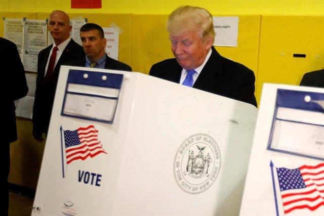 Donald Trump deposita su voto en Nueva York