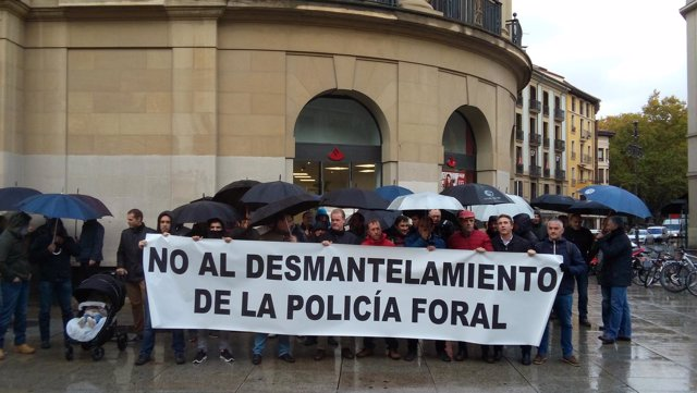 Concentración de APF y SPF contra la Ley de Policía Foral