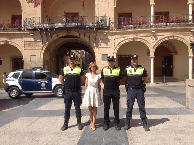 La edil Belén Pérez junto a miembros de lCuerpo de Policía Local de Lorca
