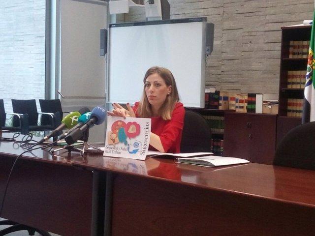 Sandra Pacheco presentando las novedades sobre riesgos laborales