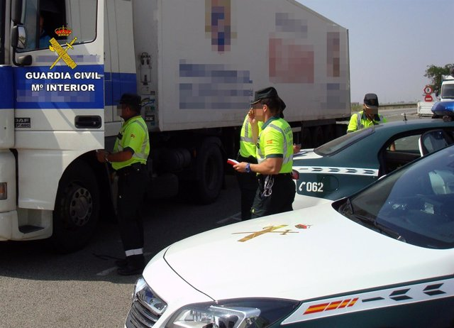 La Guardia Civil Intercepta Al Conductor De Un Trailer De 40 Toneladas Conducien