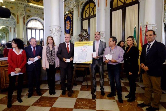 El alcalde junto a la concejala de Movilidad y el escritor de la campaña.