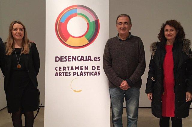Silvia Cabrera junto al cartel de la exposición.