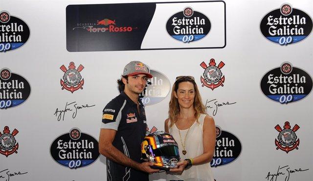 Carlos Sainz  Entregando Un Casco A Bianca Senna, Sobrina De Ayrton Senna