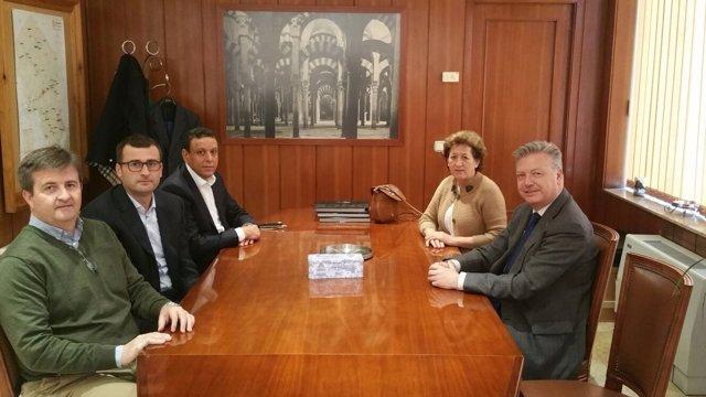 El subdelegado y la alcaldesa (dcha.) con los responsables de Pharmex (izda.)