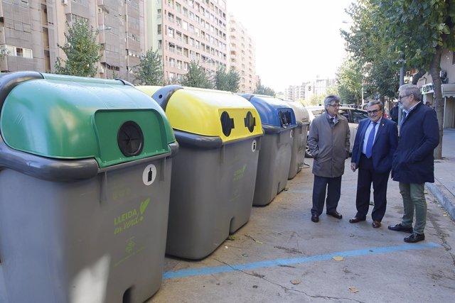 El alcalde de Lleida, Ángel Ros, junto a contenedores del Passeig de Ronda