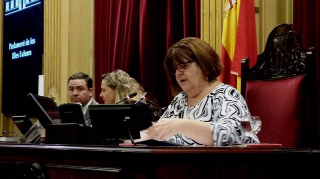 Xelo Huertas, en el pleno del Parlament