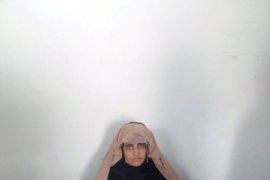 Ghani recibe a la 'niña afgana' y le entrega las llaves de un apartamento en Kabul