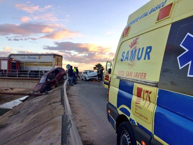 Imagen del accidente y del coche caído al canal del trasvase