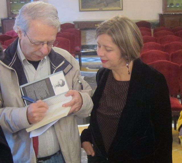 Ana Taboada con el escritor y teólogo brasileño Frei Betto.