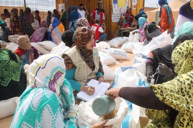 Reparto de alimentos en campamentos de Tinduf