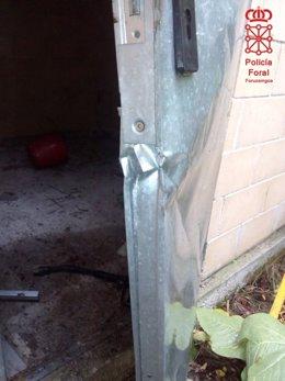 Estado en el que quedó la puerta por la que entraron a la nave.