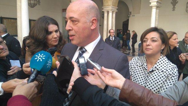 Antonio Ruiz atiende a los periodistas junto a Isabel Ambrosio