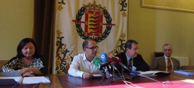 Luis Vélez, junto a directivos de Auvasa