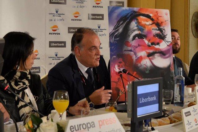 Javier Tebas muestra el cartel del partido 'Champions for Life' en los Desayunos