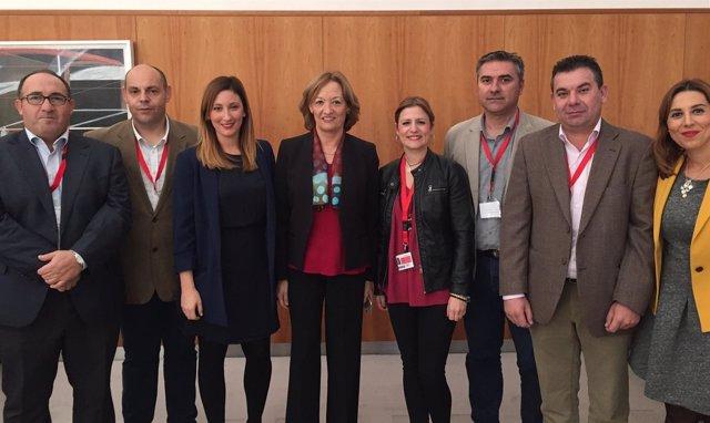 Carmen Ortiz, junto a representantes del sector de la uva pasa de Andalucía.