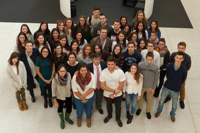 Avier Urra en la Universidad de Navarra, junto a alumnos.