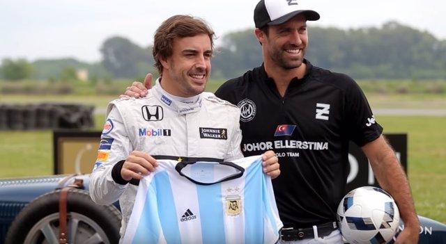 Fernando Alonso posa con la camiseta de la selección argentina