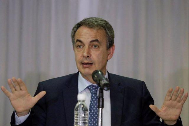 Zapatero durante una conferencia en Caracas en mayo