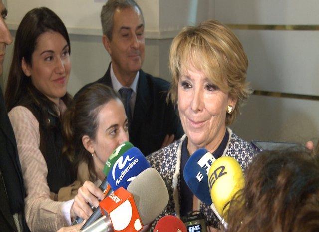 Aguirre atiende a los medios en la UIMP en Valencia