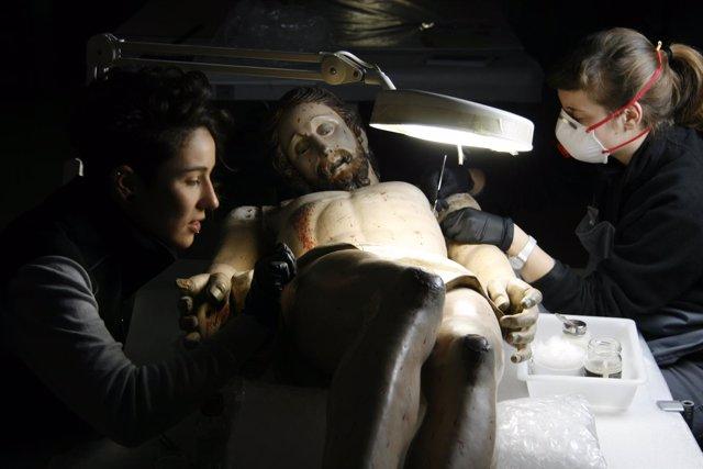 Trabajos en el Cristo de la Cuna de Ateca, en el taller de restauración de la DP