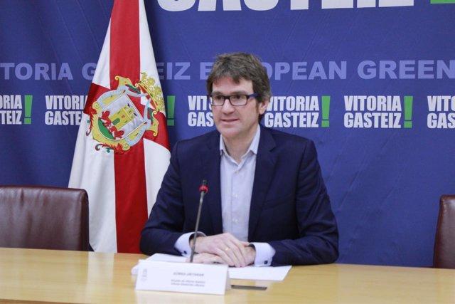 El alcalde de Vitoria, Gorka Urtaran, en rueda de prensa