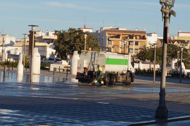 Uno de los vehículos que realiza los baldeos perfumados en Paterna