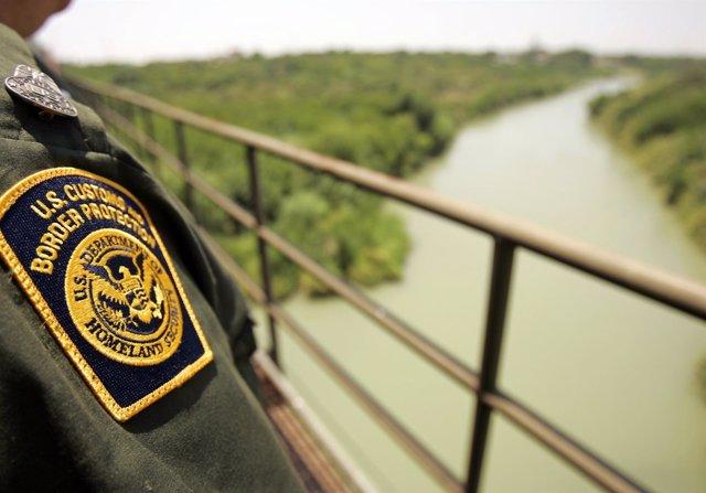 Agente de la Guardia de Fronteras estadounidense en la frontera con México