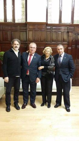 Carmena con miembros de la AVT