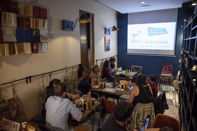 El público de Café Cyrano ha disfrutado de la proyección de seis cortometrajes.