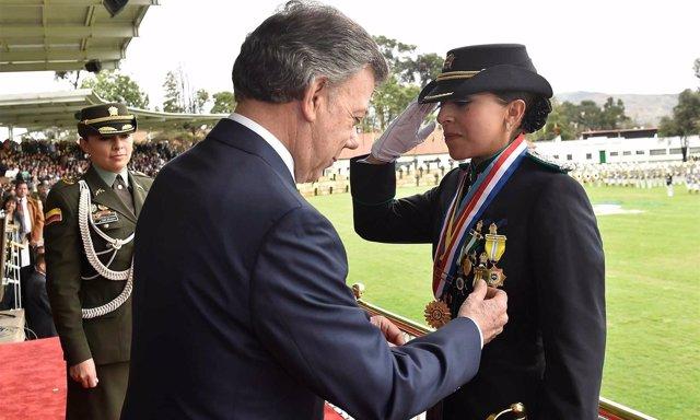 El presidente de Colombia, Juan Manuel Santos, condecora a una policía