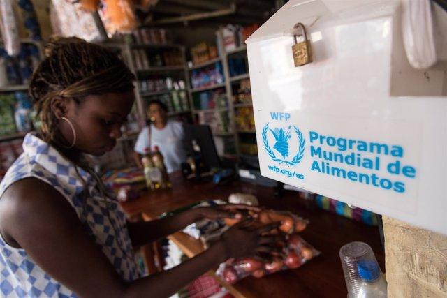 Los refugiados colombianos y ecuatorianos reciben un cupón con ayuda del PMA