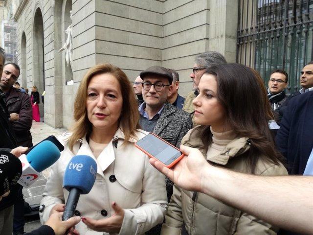 Carina Mejías y Inés Arrimadas (C's) en la plaza Sant Jaume en Barcelona