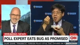 Un analista que apostó por la victoria rotunda de Clinton salda su deuda comiéndose un insecto en directo