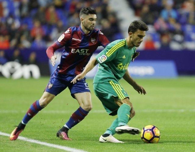 Luis Ruiz, del Cádiz, intenta zafarse de un rival del Levante UD