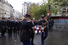Hollande, Valls e Hidalgo abanderan las ceremonias de homenaje a las víctimas en París