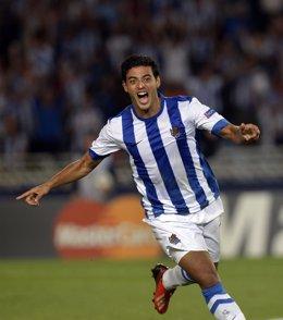 Carlos Vela celebra un gol con la Real Sociedad