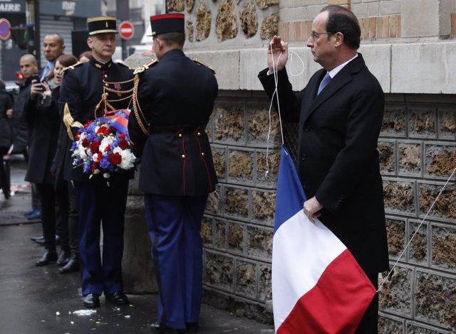 François Hollande arría la bandera francesa