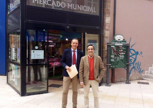 Ildefonso Calderón y Miguel Remón en la Plaza de Abastos de Torrelavega