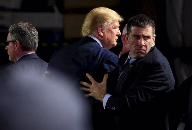 ElDonald Trump, con agentes del Servicio Secreto