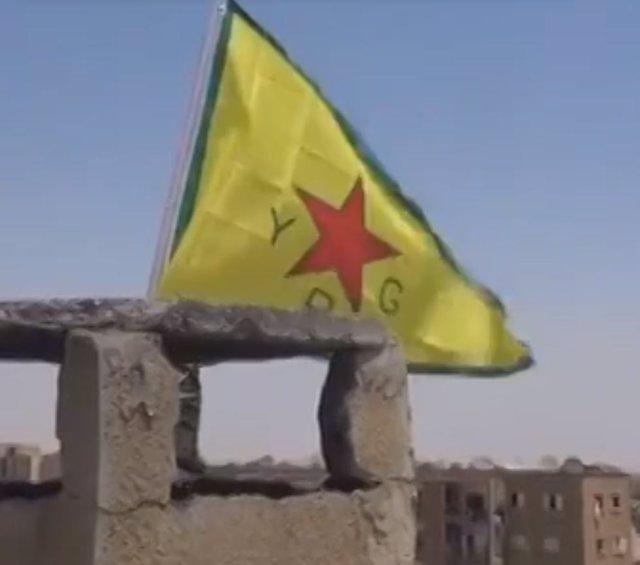 Bandera de la guerrilla kurda de las Unidades de Protección Popular (YPG)