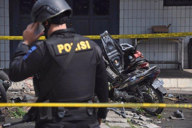 Un policía en el lugar del atentado contra una iglesia en Kalimantan Oriental