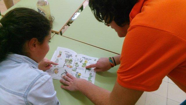 Profesora enseñando plantas a un alumno