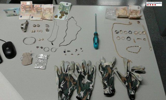 Joyas encontradas a dos ladrones que robaron en el distrito de Sant Andreu