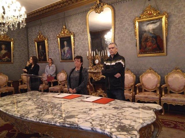 Beaumont y Larrea en la firma del convenio