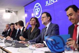 """Rajoy dice que la política económica debe ser """"sustancialmente la anterior"""" y pide al PSOE que no le bloquee"""